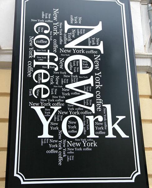 Вывеска со шрифтовой композицией. Часть рекламного оформления фасада кафе
