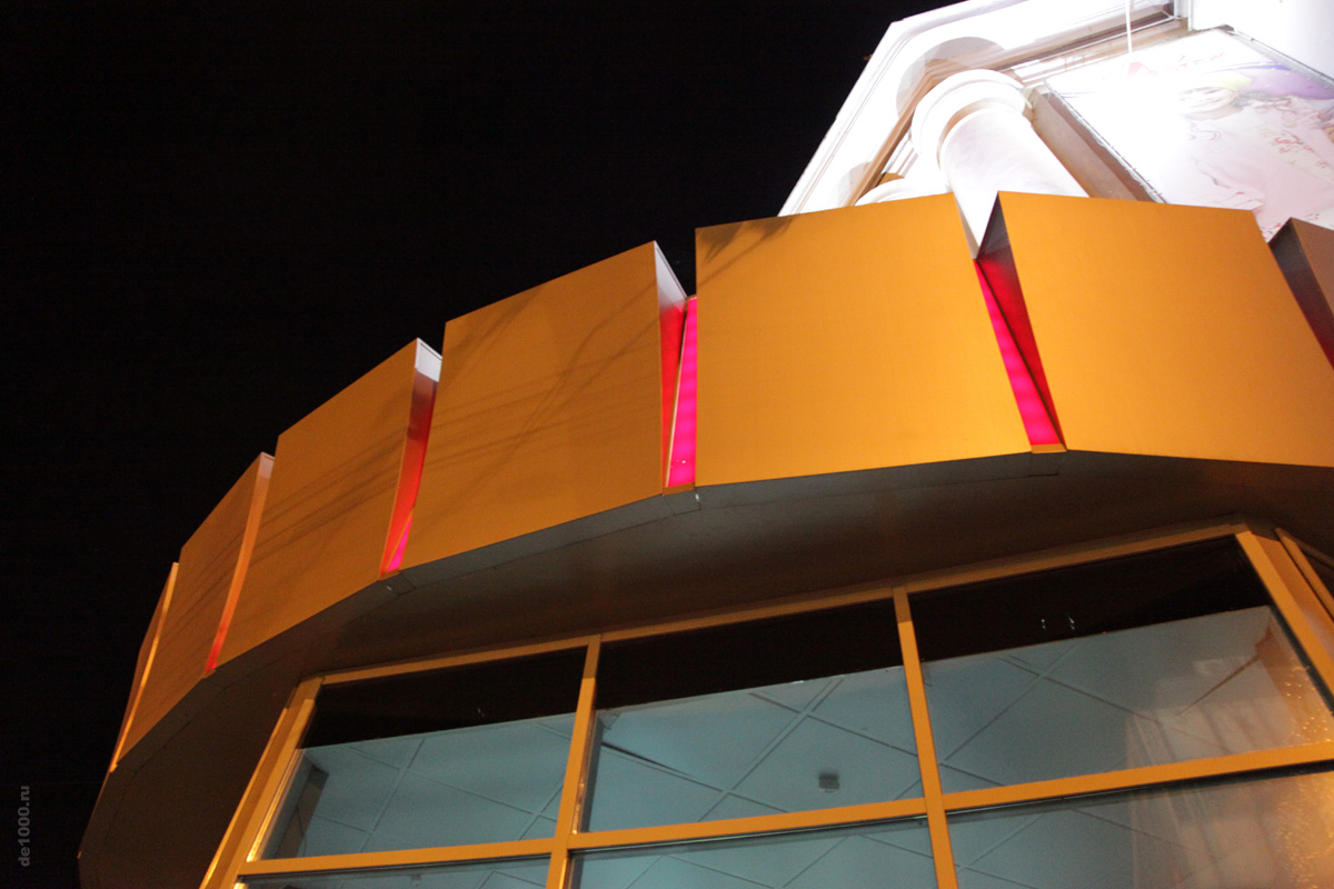 Декоративная конструкция на центральном входе в ЦУМ Орел