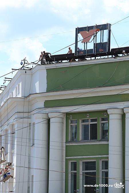 Демонтаж старой рекламной конструкции на крыше ЦУМ