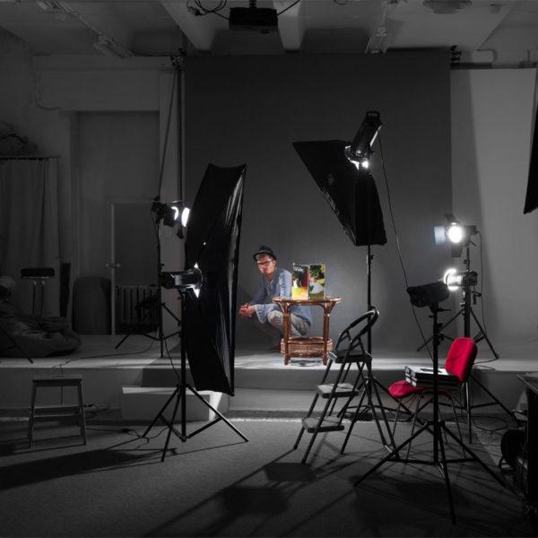 Фотограф в фотостудии. Фотостудия Дизайн-сервис TRUE.