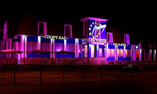 Рекламное оформление фасада ночного клуба Мир Звезд. Вывески, объемные буквы, подсветка фасада