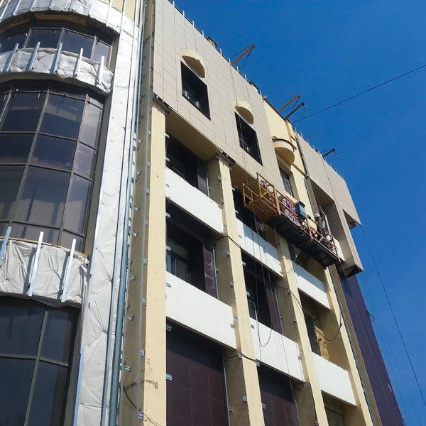 Монтаж вентилируемого фасада от Дизайн-сервис с помощью люльки