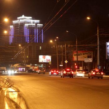 Реализация проекта подсветки фасада многоэтажки. Вид с ул. Комсомольской