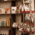 Товар на полках магазина Ренн Ле Шато