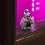 Элементы интерьера парфюмерного бутика. Духи в световом коробе