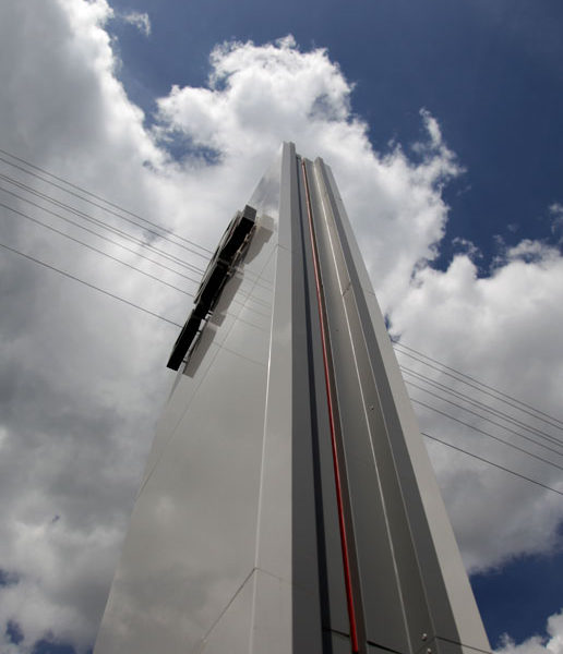 Главная рекламная стела-пилон, установленная вдоль дороги