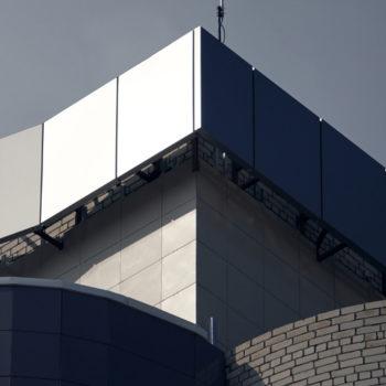 Конструкция из композитного алюминия на крыше здания
