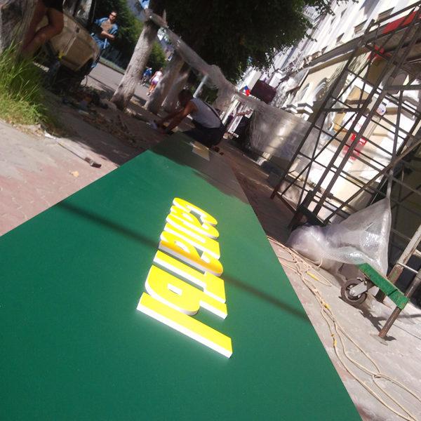 Монтаж наружной рекламы, световой короб на земле. Через час он будет смонтирован на фасаде
