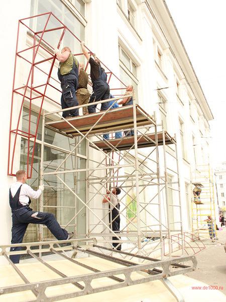 Монтаж рекламных конструкций на здании центрального универмага