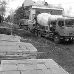 Бетонные работы. Заливается бетонная подушка перед укладкой тротуарной плитки