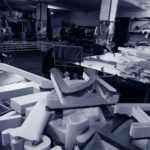 вывески Магнит в мастерской дизайн-сервис